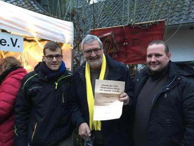 Ratsherr Fenninger mit zwei der aktivsten Feuerwehrleuten