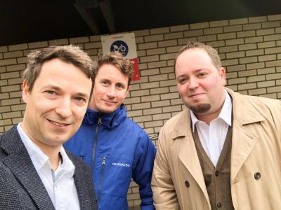 Marco Rudolph  Nils Möller (Nextike) und Tobias Pissarczyk (SWB mobil) auf der Tour zu den Beueler Mietradstationen.